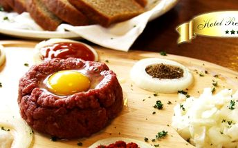139 Kč za DVĚ porce poctivého tataráku s nekonečnem topinek v Pfeiffer Steak House hotelu Rehavital. Stylové místo a čerstvé maso s 50% slevou!