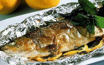Grilovaný pstruh servírovaný s varenými zemiakmi v centre Bratislavy. Pochutnajte si na výborne pripravenej rybe!