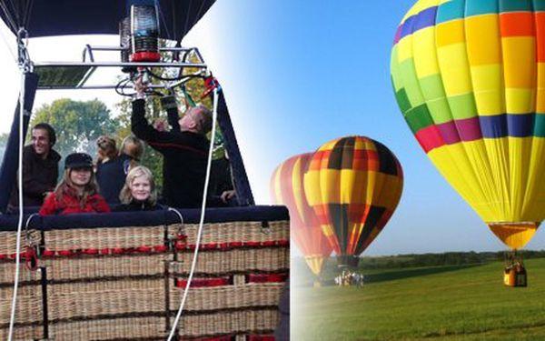 3490 Kč za prodloužený let balónem nad zimní krajinou v hodnotě 6990 Kč. Nadpozemská romantika i s horkým nápojem, kapkou alkoholu a slevou 50 %.