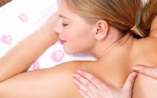Pouze 294,- Kč za profesionální regenerační aroma masáž zad a šíje za použití esenciálních vonných olejů!