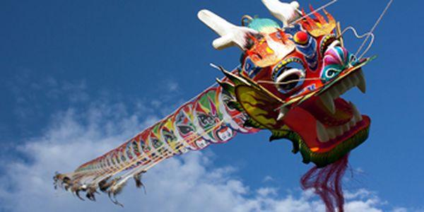 Skvělá novinka! Čínský létající drak, který měří 500 cm, se super slevou 56 %! Udělejte radost vašim dětem či sami sobě tímto jedinečným drakem za cenu 799 Kč!