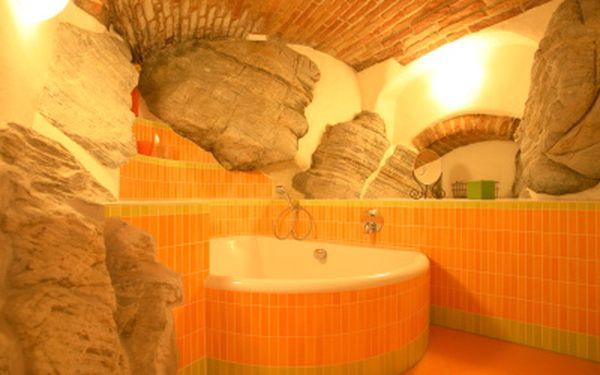 3-denní romantický pobyt pro DVA v krásném penzionu přímo u řeky v Českém Krumlově. V jedinečném pokoji Anna-Marie s unikátní koupelnou vytesanou ve skále a výhledem na nejkrásnější část vltavského meandru a historického centra!