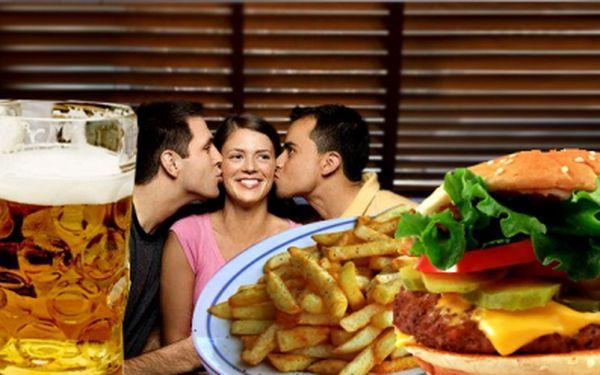 Obří domácí hamburger, hranolky a velké pivo za neuvěřitelných 88 Kč! Porce, kterou sami těžko sníte! Raději si na pomoc přizvěte kamaráda..