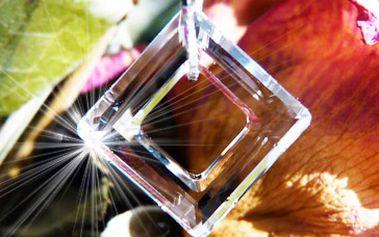 Skvělých 425 Kč za Čtverec Swarovski® Elements zavěšen na stříbrném řetízku, v dárkové krabičce! Zvládněte vánoce bez stresu a kupte dárek pro dámu svého srdce už teď se slevou 36 %!