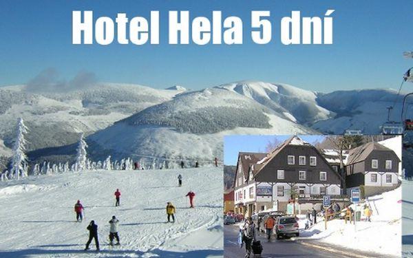 Zimní pohádka v KRNAPu vhotelu Hela na 5 dní a 4 noci pro 2 osoby spolopenzí za 6 960 Kč! Rezervujte si včas svojí zimní dovolenou a ještě se slevou 42%. Hotel Hela se nachází v samém centru Velké Úpy, přímo u lyžařského areálu SKI-PORT a zastávky autobusů a ski-busů. Z bačkor rovnou do lyží!