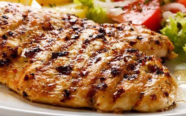 89 Kč za SKVĚLÝ kuřecí steak se sýrovou omáčkou a hranolky! Zajděte si na skvělé jídlo do centra Prahy, do Pond restaurantu!