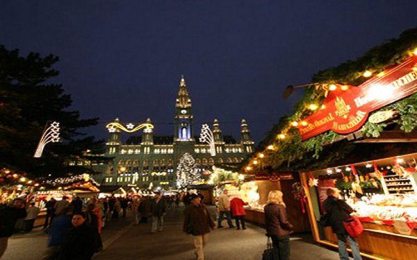Jednodenní zájezd do adventní Vídně. Vychutnejte si tu pravou předvánoční atmosféru a vůni svařeného vína. V ceně doprava, prohlídka města s průvodcem i mapky.