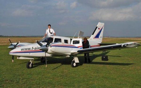 Vyhlídkový let nad centrem Prahy ve dvoumotorovém letadle. Jeden pasažér může sedět vedle pilota a sledovat řízení. Délka 1 h (čistý čas letu 30–40 minut)