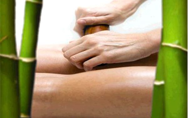 LUXUSNÍ BAMBUSOVÁ MASÁŽ – 60 minut - Originální a velmi účinná bambusová masáž celého těla je žhavou novinkou ve světě wellness a relaxace. Má vynikající uvolňující, zklidňující, reflexní a lymfatické vlastnosti. Masáž se provádí různě dlouhými bambusovými tyčkami a bambusovým olejem. Funguje podobně jako lymfatická masáž.