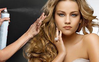 Změňte svůj styl revolučně. Začněte vlasy jednoznačně! S 63% slevou mytí vlasů, střih, foukání a závěrečný styling ve studiu Revolution Hair.