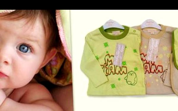Vybav svou malou ratolest kvalitní značkovou sadou BABY KAP s 50% slevou: 2 trička s dlouhým rukávem a 2 bryndáky s veselým motivem ze 100% bavlny!