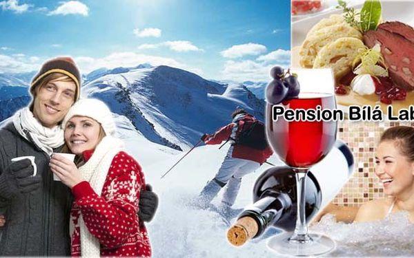 3 500 Kč za 4 DOKONALÉ DNY pro 2 osoby v jedné z nejkrásnějších částí Krkonoš, v Peci pod Sněžkou. V rodinném penzionu Bílá Labuť, umístěném přímo na svahu, vás čeká výborná polopenze, privátní vířivka a infrasauna. Užijte si SNĚHOVOU NADÍLKU!