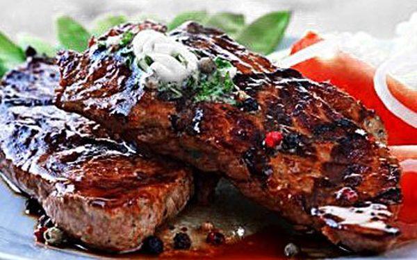Dva 300g rumpsteaky a lahev chilského vína v restauraci Zlatý důl blízko Anděla. Steaky z hovězí roštěné, 2×omáčka, opečená bageta, míchaný salát a hranolky