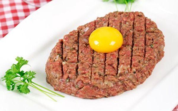 Tatarský biftek, topinky a 2 x pivečko, za které zaplatíte jen tak maličko. Za 99 Kč tatarský biftek se čtyřmi křupavými topinkami a pivečko.