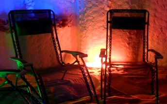 Skvělých 59 Kč za vstup do solné jeskyně! Nechte se obklopit solí z Mrtvého moře v magickém prostředí se stálou teplotou 23°C a konstatní vlhkostí cca 30%. Za doprovodu relaxační hudby, v šeru, tichu a klidu načerpejte zdraví, sílu a energii. Nechte se hýčkat přátelskou a léčivou atmosférou v jeskyni Alafia se slevou 55 %!