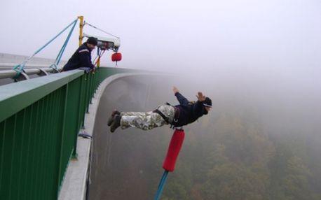 Pouze 750 Kč za BUNGEE JUMPING z nejvyššího mostu nad řekou Hačka s odborníky ze společnosti Jiří Stolín, Xtreme Sports! Jedinečná příležitost vyzkoušet si adrenalinový seskok z nejvyššího místa v ČR nyní s 50% slevou! Nemáte ještě originální dárek?