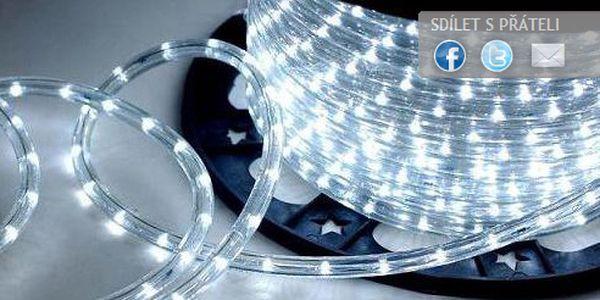 Rozsviťte si Vánoce! Váš exteriér bude romanticky zářit s VÁNOČNÍM ŘETĚZEM (8 m) s 240 barevnými LED žárovkami.