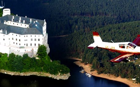 Nabízíme perfektní Vánoční dárek formou voucheru na vyhlídkový let v lokalitě zámek Orlík, přehrada Orlík Vyhlídkový let je celkem pro 3 osoby + pilot,! Zažijte něco nevšedního!