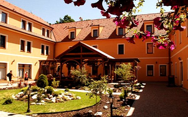 Nabitý wellness pobyt v ****Hotelu Kazdův Dvůr obsahující ubytování pro dvě osoby na dvě noci, snídaně, večeře, saunu, bazén, zábaly, koupele a další za skvělou cenu!