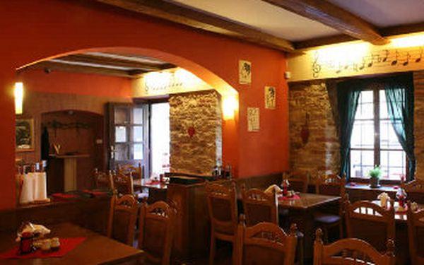 Dokonalá hostina v centru Prahy pro 2-3 osoby. 1200 gr masových specialit + přílohy na krásné Kampě s výhledem na Karlův most se slevou 53%!! Spojte předvánoční toulky Prahou se skvělým jídlem.