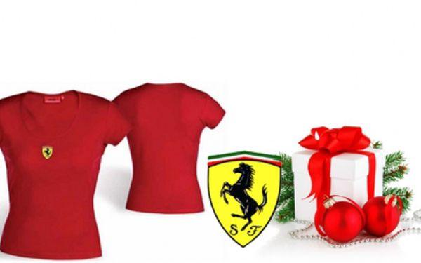 Udělejte si radost stylovým dárkem se ŠOKUJÍCÍ SLEVOU 80%! Pořiďte si dámské tričko FERRARI s krátkým rukávem za jedinečnou cenu 229 Kč!