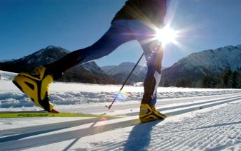 Nejen JARNÍ PRÁZDNINY ZA SUPER CENU. Týdenní pobyt se snídaní v příjemném hotýlku s rodinnou atmosférou. Užijte si týden v malebném kraji Krušných hor. SKI areál Klínovec a Boží Dar. Běžecké stopy 300 m od hotelu. Pohoda, super lyžovačka a skvělé výlety po okolí.
