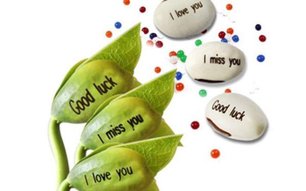 """Překvapte svého miláčka originálním dárkem se slevou 68 %! Kouzelné fazolky se 12 různými nápisy nyní za pouhých 29 Kč! Zasaďte fazolku do květináče a vypěstujte si rostlinku třeba s nápisem """"Z lásky""""!"""