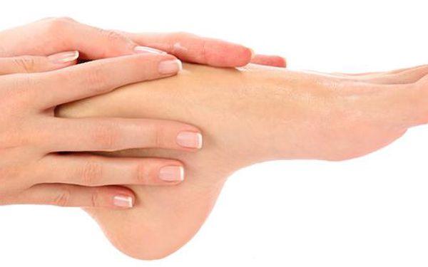 Mokrá pedikúra včetně masáže a parafínového zábalu nohou nebo rukou za skvělých 162 Kč! Dopřejte si toto zimní ošetření pro krásné nožky v SALONU FASHION.