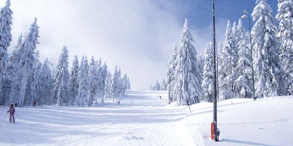 Celodenní rodinný skipas přímo na vrcholu Klínovce se slevou 53%. Skvělého lyžování pro celou rodinu jen za 750 Kč!!! Užijte si tři sjezdovky, tři vleky a dětský park.
