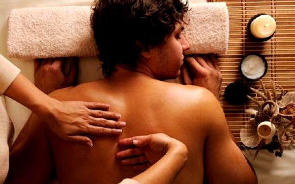 Léčebná masáž zad a krční páteře. 45 minut v příjemném prostředí oblíbeného salonu Helena na Vinohradech.