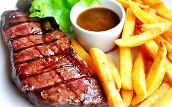 Pozvěte přátele na malou hostinu. Dejte si 4 steaky z lávového grilu! 60% sleva na čtyři 250g hovězí steaky z grilu a k tomu 3 x 200g hranolek nebo amerických brambor a 3 x jemná pikantní omáčka v Restauraci Gurmán.