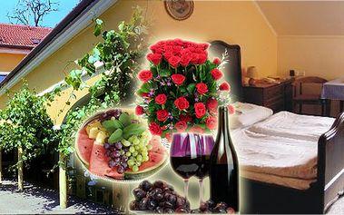 Romantický třídenní pobyt pro dvě osoby na jižní Moravě s vinařskou turistikou! Na pokoji romantická výzdoba, lahev vína a mísa plná ovoce!