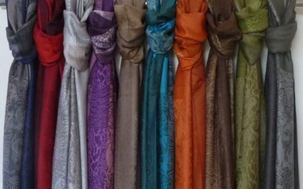 Luxusní Pashmina jako stylový doplněk, který je vhodný k ženě jakéhokoliv věku. Ideální k nošení ve všech 4 ročních obdobích.
