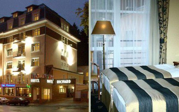 Relaxační lázeňský pobyt na 5 nocí pro 1 osobu v hotelu Richard v Mariánských Lázních za 4999 Kč. Cena zahrnuje ubytování na 5 nocí ve dvoulůžkovém pokoji, snídaně a lehký polední snack, welcome drink, lázeňskou taxu a ubytovací poplatek, klasickou částečnou masáž, termoterapii, perličkovou koupel, lymfoven, parafínový zábal rukou, využití bazénu, whirlpool, fitness, zapůjčení hotelového županu.