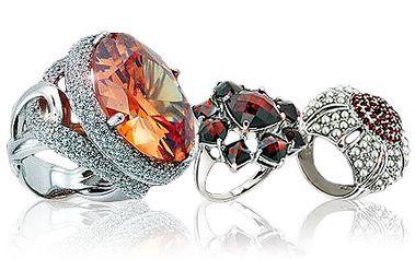 Okouzlete partnerku krásnými šperky! Vsaďte na klasiku a ne módní výstřelky. 40% sleva na vybraný šperk v luxusním Euro Gold Centre v Praze. Koupíte zde šperky a exkluzivní suvenýry, které jinde ve světě nenajdete.