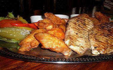 SUPER CENA pro LIBOVOLNÝ POČET OSOB : 385 Kč za 1.400 gramů grilovaných kuřecích specialit ve stylové restauraci v Praze. Marinované kuřecí paličky 500 g , 2 x 200g grilovaných kuřecých prsíček a 500 g pikantních paliček Kentucky. Menu pro milovníky grilovaného masa. Nabídka přímo pro Vás.