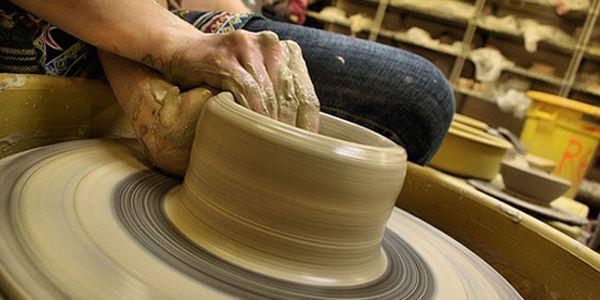 Kurz keramiky (16 týdnů) ve studiu Happy Time. Láká Vás hrnčířský kruh a práce s hlínou?