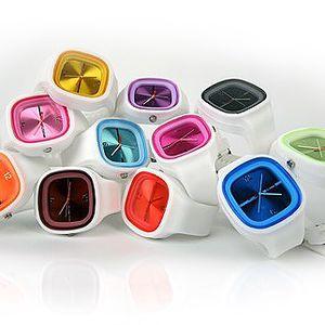Kupte si silikonové elegantní hodinky. Patří mezi stylové novinky. 56% sleva na silikonové hodinky pro dámy i pány z řady Luxury s hranatým ciferníkem v 11 barvách. Hodinky mají kvalitní strojek Quartz.