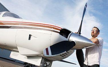 Nasedněte do letadla a připravte si objektivy! Čeká vás vyhlídkový let, Karlštejn z ptačí perspektivy. Darujte netradiční vánoční dárek! Vyhlídkový let nad Karlštejnem se slevou 50%.