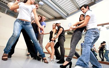 Máte rádi hudbu a tanec? Rozvlňte boky v kurzu STREET DANCE či JAZZ DANCE. 40% sleva na taneční lekci v délce 90 minut a pod vedením zkušených lektorů v tanečním studiu NO FEET.