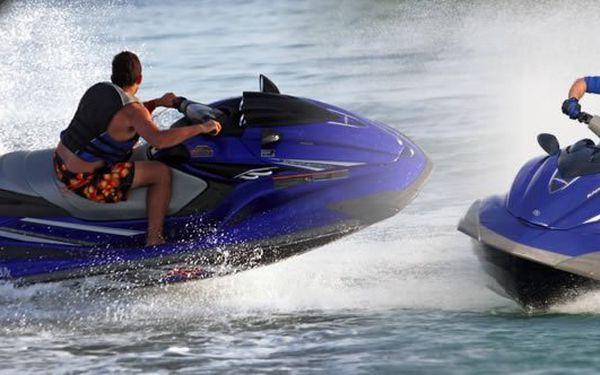Rachotící motor, elegantní tvary, skvělý výkon, extrémní zrychlení a nezapomenutelný zážitek. Jste připraveni na adrenalinovou jízdu na vodě? Jakmile to jednou vyzkoušíte, všechno ostatní Vám bude připadat vzrušující asi jako šlapadlo.