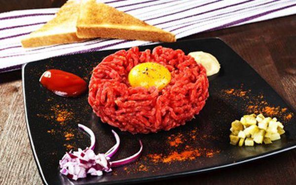 Zajděte na gurmánský zážitek! Tatarák s topinkou je vskutku požitek. 46% sleva na 200 g tatarského bifteku se čtyřmi topinkami a česnekem.