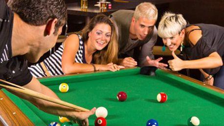 Zabavte se na poolbilliardu! Zahrajte si s přáteli skvělou hru. 62% sleva na 2 hodiny poolbilliardu na závodních stolech. K dispozici jsou i snooker, karambol, ping pong, šipky a fotbálek.