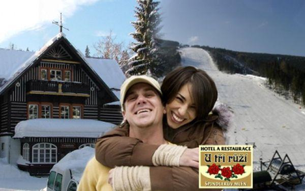 Nádherné zimní 3 dny pro 2 osoby v top lyžařském středisku v centru Špindlerova mlýna, 200 m od lanovky do lyžařského areálu Svatý Petr! Ubytovací balíček s POLOPENZÍ, saunou a whirlpool jen za 2600 Kč pro dva!
