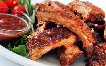 Pochutnejte si na výborném obědu! Dejte si vepřová žebírka na medu. 50% sleva na menu pro 2 osoby, 500g masitých vepřových žeber na medu s pečivem a omáčkou.