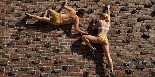 CHCI ZKUSIT NĚCO NOVÉHO! 2 hodiny kurzu lezení na lezecké stěně za 450 Kč.