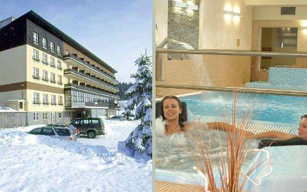 Pobyt v OREA hotelu Špičák na Šumavě na 3 dny pro 2 osoby s polopenzí a wellness zónou za 2990 Kč. Cena zahrnuje ubytování na 2 noci pro 2 osoby, snídaně a večeře formou bufetu, vstup do bazénu, vířivky, sauny a fitness areálu, slevu na rehabilitační procedury a ski pass, parkovné.