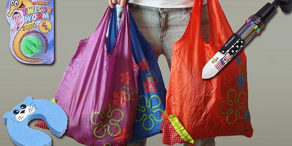 Balíček plný dárků - taška jahůdka, desetibarevné propisovací pero, dětská zarážka dveří a neposedný červík