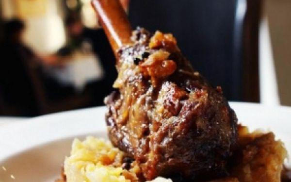 Veškerá jídla v RAKOUSKO-UHERSKÉ restauraci Monarchie!! Výborná lokalita v paláci Lucerna na Václavském Náměstí. Za pouhých 39 Kč získáte slevový kupón se slevou 53 % na celý jídelny lístek!
