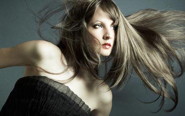 Hloubková rekonstrukce vlasů mořským keratinem a kolagenem s použitím inovační technologie ENZYME PRO.